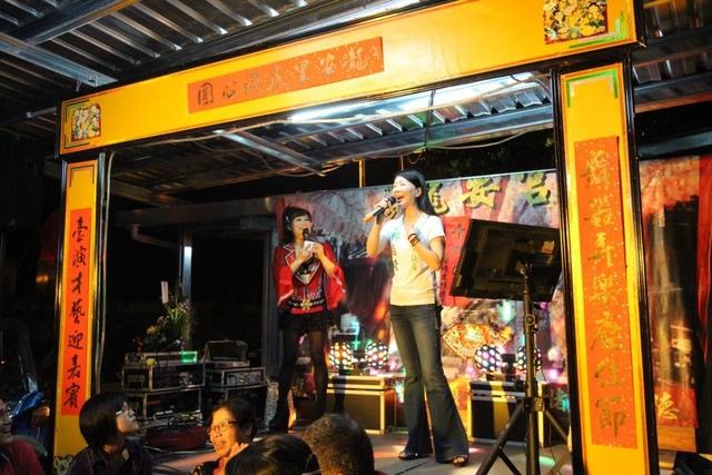 1040920龍安宮安座三週年2.林裔綺議員歡唱中 - 龍安宮