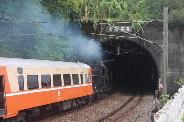 1040827蒸汽火車CK124出瑞芳火車站 - 瑞芳鐵道風情