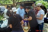 061007-溫馨庭園露營:拔完營,由三哥提供的一桶冷飲,讚啦~