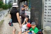 060629-日本行:這一家子玩到沒時間吃飯,只好路邊吃泡麵囉!