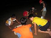 060729-金山牽罟:小朋友只好就地玩沙挖陷阱了~ 還真的有大人不小心被陷害了~