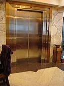 虹孔~俺來瞭!!:金碧輝煌的電梯