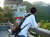 虹孔~俺來瞭!!:很想去那棟樓頂玩的猴子! 不過要錢啊!