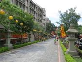 20120618新莊大拜拜:新莊區夜巡喊班@大眾廟:過牌坊後一排日本時代新莊神社的石燈籠