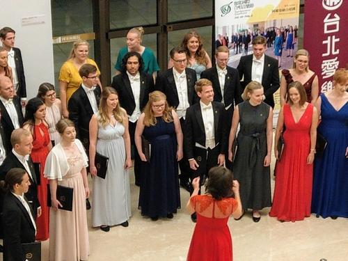 225619.jpg - 國家音樂廰聆賞瑞典阿爾曼納合唱團演出。
